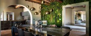 Mur végétalisé combiné aux poutres rustiques apparentes du plafond