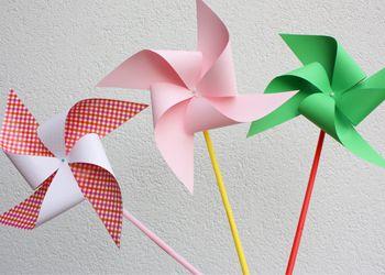 Laat maar lekker waaien... een windmolen maken hoeft helemaal niet moeilijk te zijn. Deze variant knutselen we met dikke rietjes en een speld. En papier natuurlijk. Hoeveel maak jij er?
