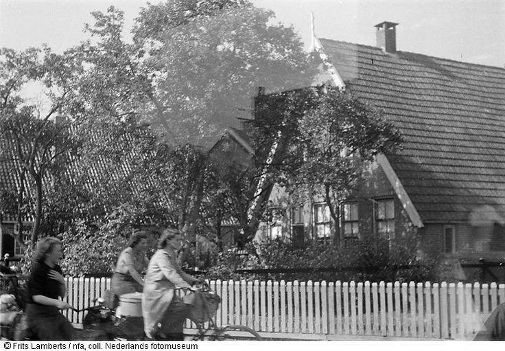 Duitse meisjes op weg naar 'die Heimat' door Vriezenveen (1944)