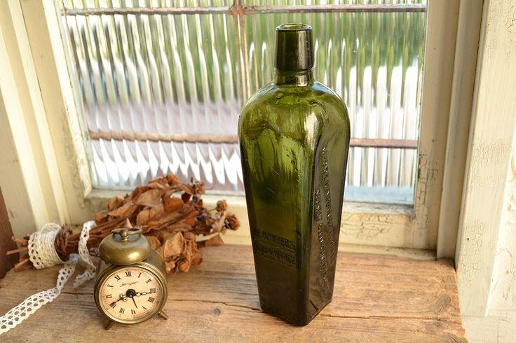 写真の商品は、お店やお部屋のインテリアにおすすめの「オリーブグリーンのアンティークジンボトル」です。