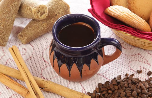 Café de olla: café moído, canela em pau, cravo, casca de laranja e rapadura.
