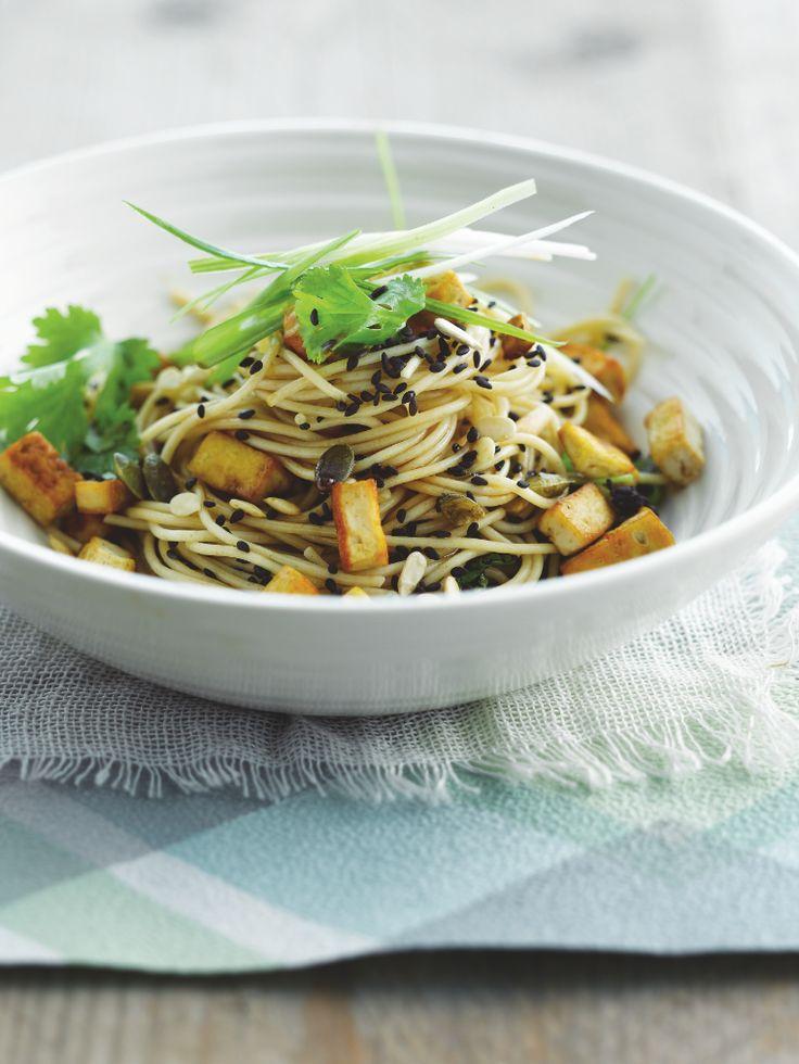 Bereiden: Rooster voor de saus de pijnboompitten en zonnebloempitten in een grote koekenpan op een middelhoog vuur tot ze goudbruin zijn en schud de pan regelmatig. Doe de sesamzaden ook in de pan en rooster nog voor een minuut. Voeg er de suiker, sojasaus, mirin, en cayennepeper aan toe. Meng goed. Kook de pasta al dente in gezouten water.