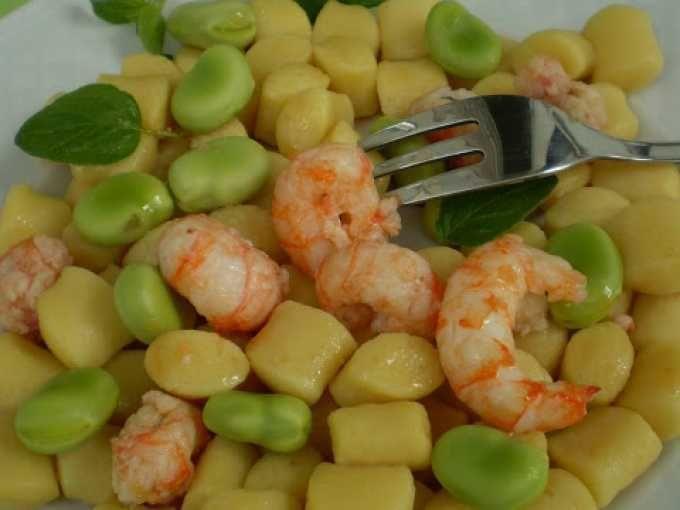 Fave e scampi è un abbinamento davvero speciale - Ricetta Portata principale : Gnocchi di patate con pesto di fave e code di scampi. da Mousse60