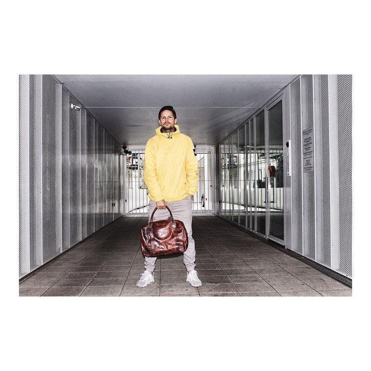 Den Peter kann Mann immer tragen  | http://ift.tt/2uOOXSF #stadthimmel #montag #mondaymotivation #monday #wochenstart #mondays #hamburg #hh #welovehh #berlin #stuttgart #bonn #leipzig #gelb #peter #winter #kalt #winterfashion #shootingstars #fotoshooting #fotograf #weekender #tasche #november #feierabend #gutenabend #heute #models #toll #mann
