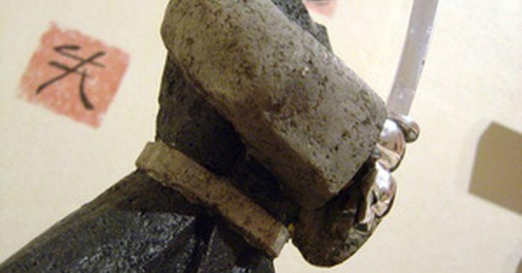 Cómo hacer un disfraz de samurai. La historia de los disfraces de samurai está bien documentada. Los colores y tipos de vestimentas se relacionan con las diferentes regiones, clanes, estatus y género. La armadura de los guerreros era elaborada y pesada, y solían utilizar abrigos largos para viajar. Debajo de la armadura, los guerreros samurai llevaban trajes muy sencillos. ...