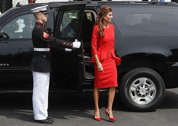 Juliana Awadaarriba junto a Mauricio Macri a la Casa Blanca en Washington DC. Completó el look con clutch rojo y stilettos en punta a tono. Un total look colorado que impactó a los presentes (AP Photo/Pablo Martinez Monsivais)