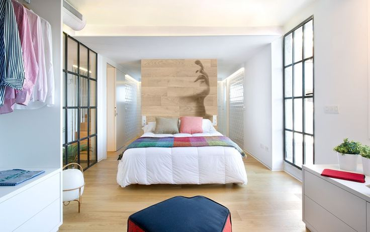 El antes y después de un chalet en Benicassim - Decorabien.com #dormitorio loft integrado, baño , dormitorio y vestidor  estilo #moderno #blanco #ventanales #vidrieras