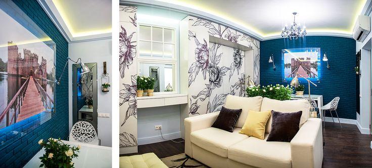"""Проект гостиной """"Сады Альбиона"""" с кирпичной стеной, окрашенной в холодный синий цвет"""