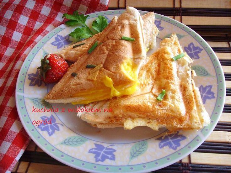 Tosty z jajkiem. Jajko zapiekane w tostach. Szybkie sniadanie.