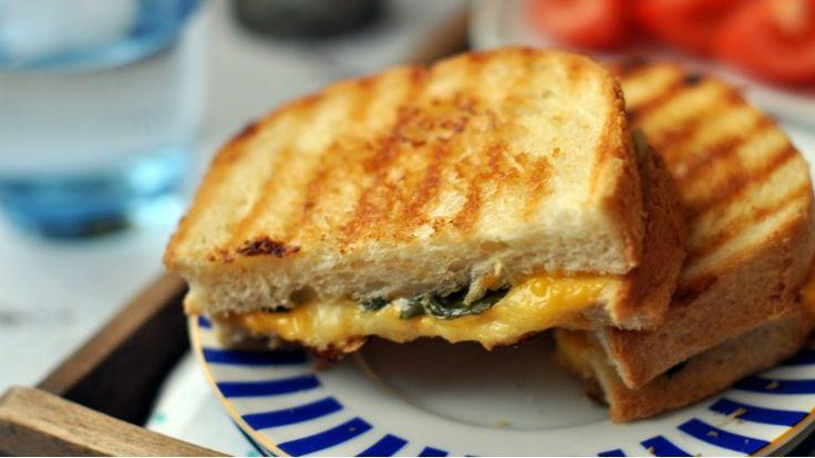 A sajtszósz az egyik legjobb dolog világon. A melegszendvics a másik. Na és ha ez a kettő találkozik, akkor bonthatod a pezsgőt is, mert isteni...