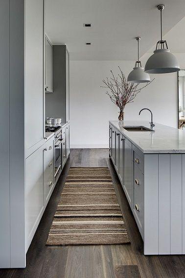 Une cuisine toute en longueur, dégageant un passage spacieux et confortable