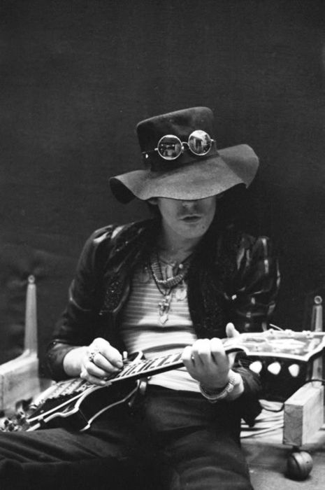 And the guitar player gets restless! #keithrichards #happybirthday http://icarolavia.blogspot.com.es