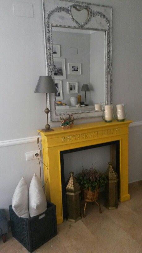 Grey and yellow room with a chimney Habitación amarilla y gris con chimenea