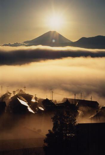 山梨県:富士川町:高下地区    「新富岳百景」に選ばれ、毎年冬至頃から元旦にかけて、富士山頂からの日の出「ダイヤモンド富士」が見え、多くの写真家が訪れます。    みなさんもぜひダイヤモンド富士を体験してみてください!