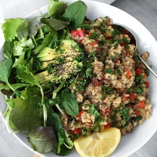 Annie Jaffrey veggo meal - quinoa spinach lettuce parsley lemon avo