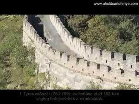 Robert Locksmith A holdsarló fénye című fantasy regényében a kontinens központi részén elhelyezkedő Birodalmat körülölelő Nagy Falat bemutató videóanyag.