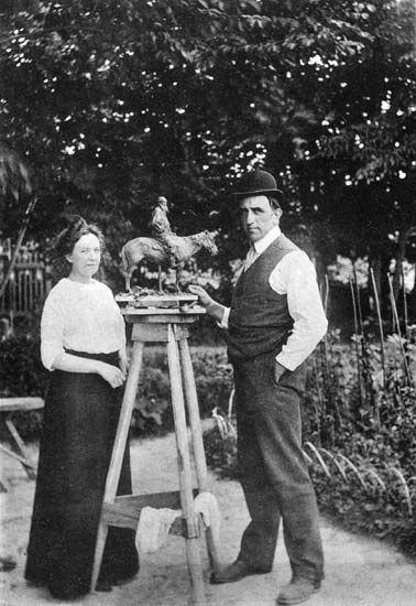 Трубецкой (князь, скульптор) лепит Л.Н. Толстого (его на фото нет), с женой.