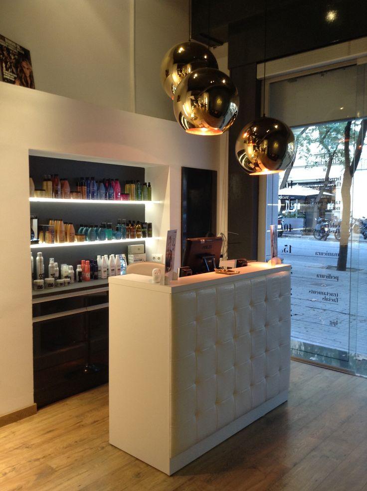 En la calle Gandesa 3 de Barcelona se encuentra la peluqueria El Salohncito un saln elegante y funcional Otra saln con mobiliari