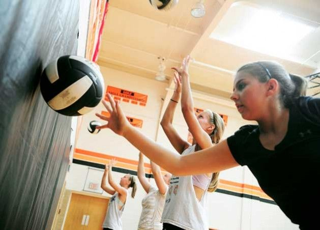 Volleyball workout & drills to do at home. Legs: Lunges 3x20; Wall sits; Jump jacks 3x50; Quick feet: 30 sec each~normal pace jump; Rt foot; Lf foot; Double right then double left; Fast as you can go; Abs: sit-up 3x50; plank; Arms: Lateral Dumbell Raise 3x25; single-arm med ball push-up 3x3-5 each side. Setting Drills: Set against wall; lying on back; quickly set self 100 times w/o passing.