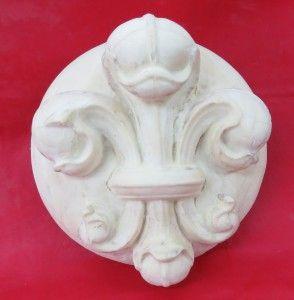 Ornamento Flor de Lis – Código OR 020  Ornamento realizado en poliuretano expandido, con motivo de flor de lis. Se pueden hacer también en yeso, en resina y marmolina, en cemento o con terminación en piedra París.  Medidas: Diámetro: 30 cm Profundo: 15 cm