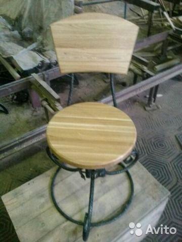 Кованый стул и четыре стула. Дуб и металл. Авторская работа. Стол диаметром 900мм, толщина столешницы 40мм. Кованые ножки сто...