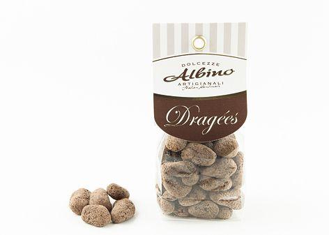 Pralina di forma irregolare composta da pezzetti di radice di zenzero candito ricoperto di cioccolato fondente, spolverato con un velo di cacao amaro. Gusto forte, intenso e speziato