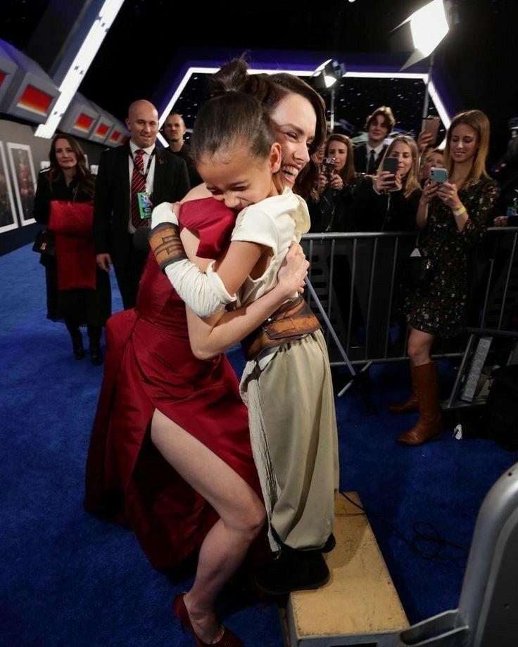 Daisy Ridley Hugging Cute Little Fan Dressed As Rey Daisy Ridley Star Wars Star Wars Actors Star Wars Cast