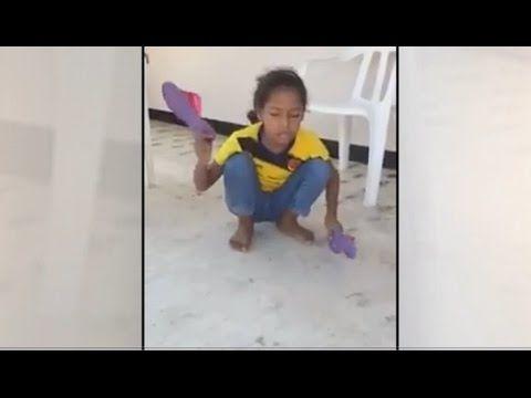 """Niña canta tocando con sus chancletas """"Mi Iglesia"""" (Merece ser visto)"""