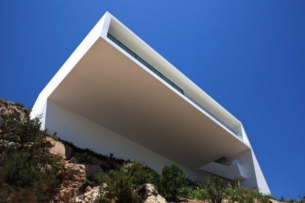 La Casa del acantilado, comme son nom l'indique, est accrochée à la falaise et surplombe majestueusementla mer Méditerranée. Située proche d'Alicante en E