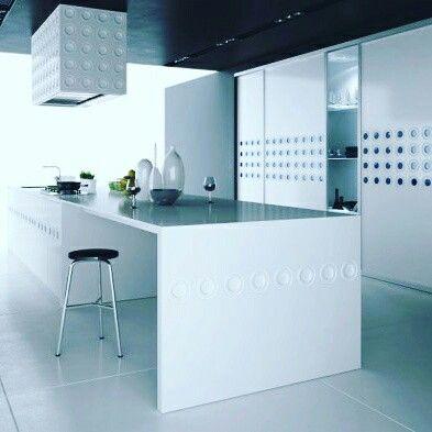 Kuchnia z wyspą doskonale sprawdzi się w nowoczesnych wnętrzach. Wyspa w kuchni wymaga jednak dobrego zaplanowania. Plan kuchni powinien uwzględniać nasze potrzeby i upodobania. Aranżacja kuchni ma też być wygodna i funkcjonalna . zapraszamy do naszych salonów we Wrocławiu.