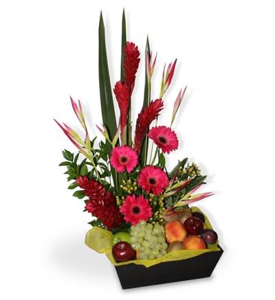 arreglo frutal con flores una extica mezcla de frutas tropicales como uvas mezcladas con fina