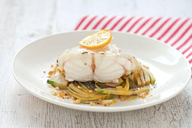 Un pesce saporito, magro e senza spine detto anche coda di rospo, la pescatrice al limone con carciofi è una ricetta semplice adatta a tutta la famiglia