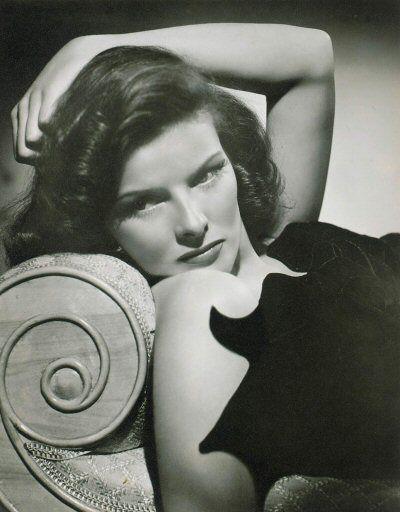 Katharine Hepburn para muchos es la actriz por excelencia, con sus 4 Oscar y 12 nominaciones. Con una personalidad titánica y una valentía y libertad muy por delante de su tiempo, se metió a Hollywood en el bolsillo, a pesar de que en un primer momento la consideraran veneno para la taquilla. Sin lugar a dudas uno de los mejores ejemplos de mujer que puede tenerse. Títulos no faltan, ni mucho menos: La fiera de mi niña, De repente el último verano, Mujercitas, La costilla de Adán, La reina d