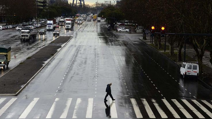 Un hombre cruza la calle en la ciudad de Buenos Aires despues de la gran tormenta de la mañana. (David Fernandez)