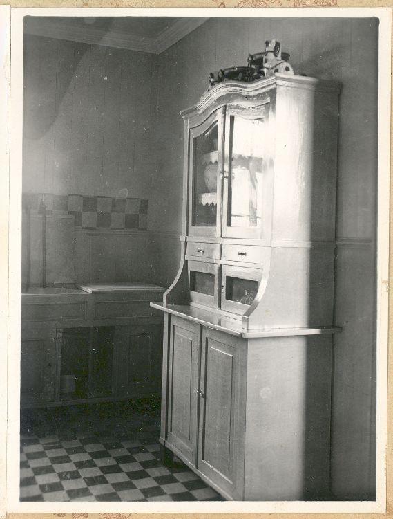 Cocina con alacena, mueble de lavaplatos y piso de baldosa blanca y negra de la vivienda ubicada en calle O'Higgins 424, Punta Arenas [de propiedad de Jesús Veiga], mediados del siglo XX.