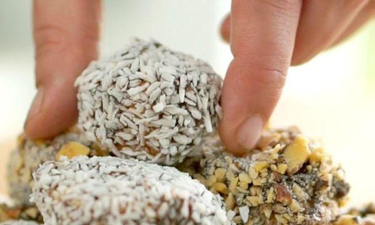 Leuk voor de feestdagen, deze chocolade-banaan hapjes.Ook fijn:iedereen - echt iedereen - kan ze maken. Dit heb je nodig voor 12 chocolade-banaan hapjes: - 3 rijpe bananen - 1 grote reep purechocolade - 2 theelepels koolzaadolie - een bakje kokossnippers (ook geroosterde amandelen en pinda's zijn een goede optie) Zo maak je het: Snij de…