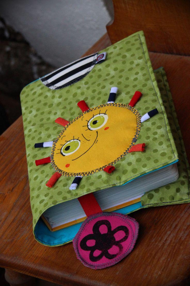 ...+Oskar+...+... slunko,+tráva+...+co+víc si+přát? ...+Obal+na+fotoalbum+či+na+knihu+šitý+z+bavlněných+látek,+celkově+podložený+silnějším+vlizelínem+pro+zpevnění.+Origozáložka+s+razítkem.+Textilní+aplikace+domalována,+zažehlena.+Rozměry+rozloženého+čítají+42x27+cm,+na+focení+použito+fotoalbum,+které+pojme+200+fotek o+rozměrech+18x25x5cm.+Obaly+pereme+jemně+...