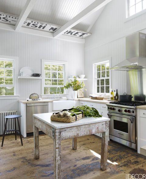 Esta casa para una escapada(que una vez fue una propiedad abandonada) muestra una mesa de artista vintage francés, lo mismo que isla de la cocina. La estufa es de Wolf; el fregadero y los grifos, de Waterworks, y el lavavajillas, de GE. Las letras en las vigas del techo son originales de la casa.