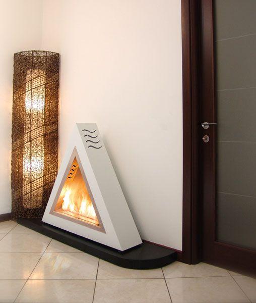 ARROW Biocamino di forma triangolare realizzato in metallo ed acciaio. La parte posteriore presenta una rientranza per non trasmettere calore alla parete. Viene fornito completo di attacchi per essere utilizzato nella versione sospesa. Colori disponibili nella gamma ALTRO FUOCO.
