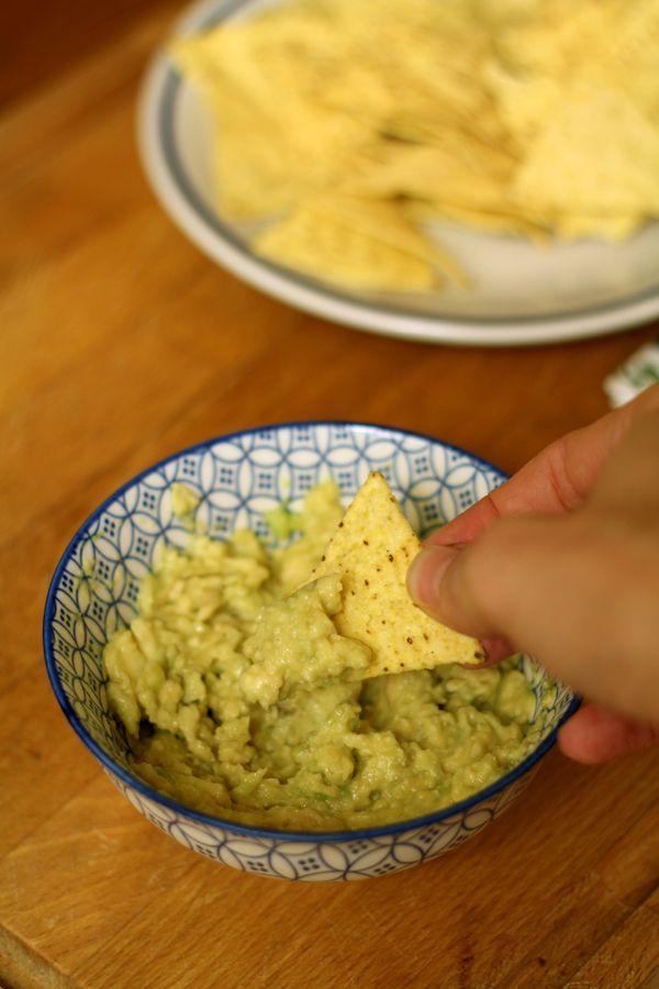 Il guacamole è una salsa di origine messicana a base di avocado la cui origine risale al tempo degli Aztechi. Oltre agli avocado, gli ingredienti principali sono succo di lime, sale e abbondante pepe nero. Il pepe è previsto per l'autentico guacamole, anche se il pepe nero non era conosciuto in Messico ai tempi degli Aztechi. Il termine guacamole deriva dallo spagnolo messicano: AhuacamOlli, da Ahuacatl (='avocado') + molli (='salsa').Variazioni della ricetta in...