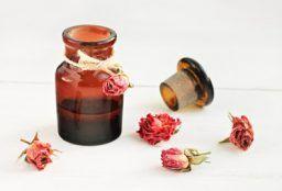 Gerade in der Winterzeit ist die Haut oft spröde, trocken und belastet. Dieses Do it your self Anti-Aging Rosenblütenwasser Gesichtsserum versorgt die Haut nicht nur mit Feuchtigkeit und Wirkstoffen, sondern hilft auch