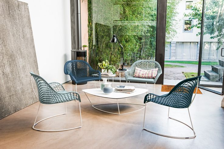Sled base easy chair with armrests Guapa Collection by Midj | design Beatriz Sempere
