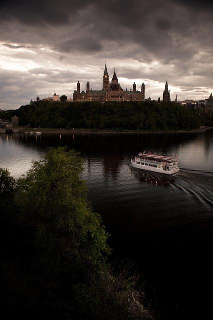 Excursion de bateau très prisée par les touristes qui visitent l'Outaouais. Photos provenant du site Flickr de William Self: http://www.flickr.com/photos/williamself/sets/72157630428316698/  ___________________    The Ottawa River and Parliament Hill by William Self, via Flickr