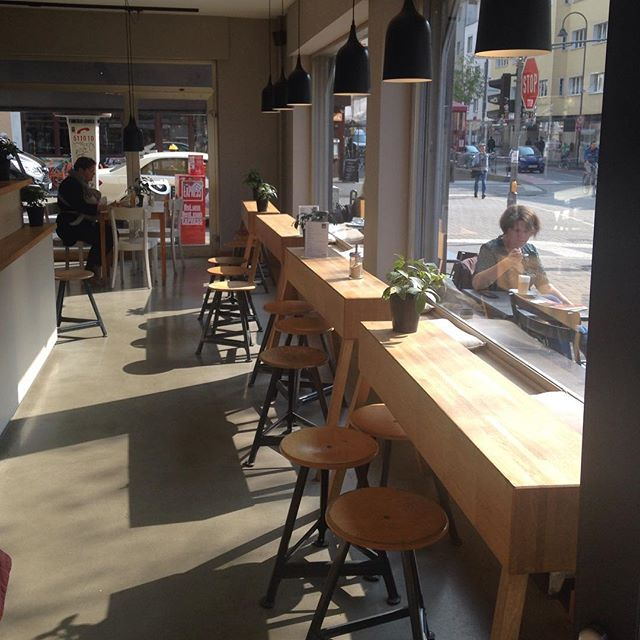 Bester Platz für People Watching - Zeit für Brot in Ehrenfeld Bei leckersten Zimtschnecken (nehmt die einfachen ohne Schnickschnack), frisch gebackenen Brezen, ner Stulle und ner Tasse Kaffee kann man hier hervorragend - sowohl drinnen als auch draußen - dem bunten Treiben auf der #Venloer Straße zusehen. Perfekt, wenn man mal ein paar Stunden lang dem Müßiggang fröhnen möchte.  #ohnekaffeeohnemich #miezenstories