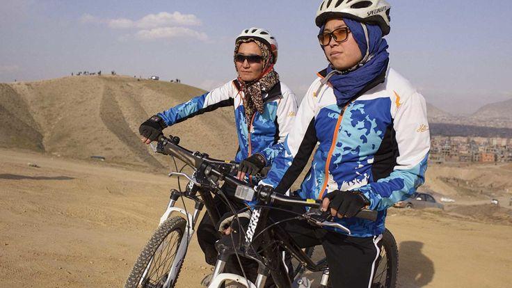 En Afghanistan, il est immoral pour une femme de faire du vélo. Le cyclisme reste une activité essentiellement masculine… Seulement quelques irréductibles bravent l'interdit. Car celles qui osent pratiquer ce sport doivent essuyer le regard méprisant et les insultes du public. Pour contrer ces préjugés, les membres de l'équipe nationale du cyclisme féminin d'Afghanistan ont choisi d'inciter leurs concitoyennes à enfourcher une bicyclette.