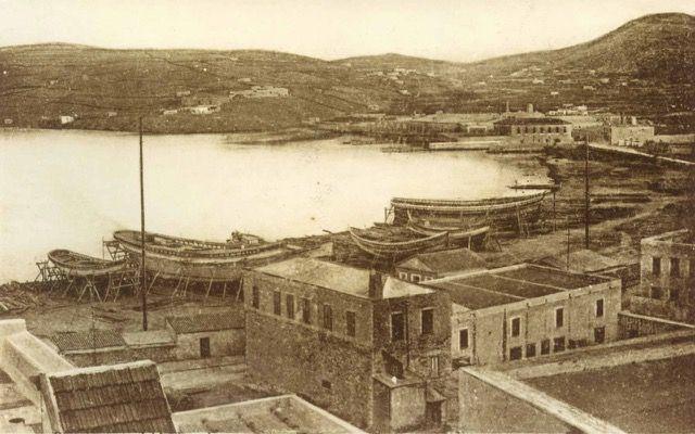 Καρνάγια στη Σύρο. / Careenages in the island of Syros. #καρνάγιο #careenage
