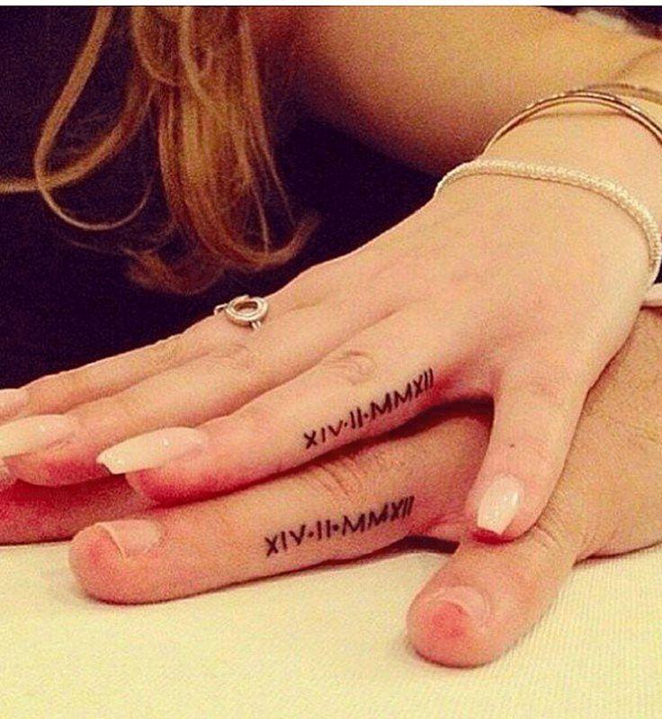 Tatouage de mariage : la date du mariage sur le côté du doigt