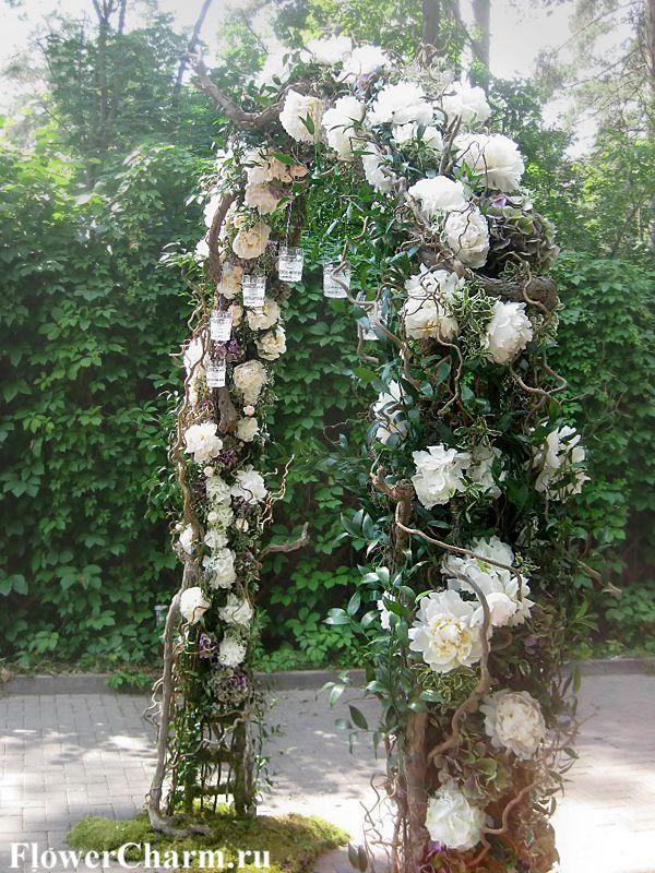 Оформление выездной регистрации. Украшение арки цветами, белыми пионами, ветками и зеленью. Свадебная арка в стиле рустик