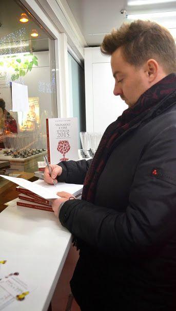 Ed ecco Luca Gardini intento ad autografare alcune copie del suo libro.