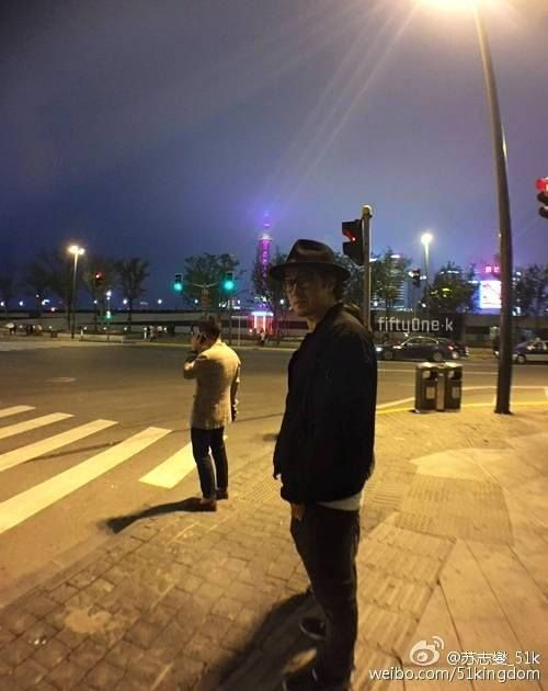 21042015 The Bund Shanghai. Fans catched him was walking after dinner. The day after, his bodyguard said : He's really a search and destroy man (walking man). Seems he never tired